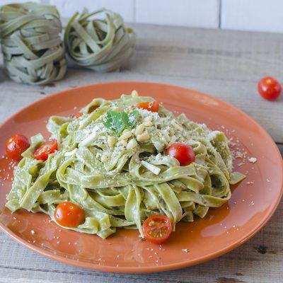 Pasta al pesto con parmesano vegano