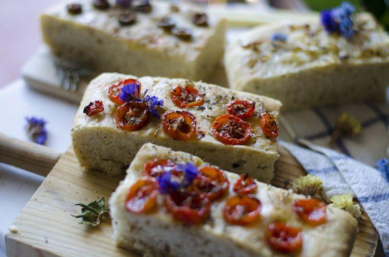 Pan de aceitunas, cebolla y tomates cherry.