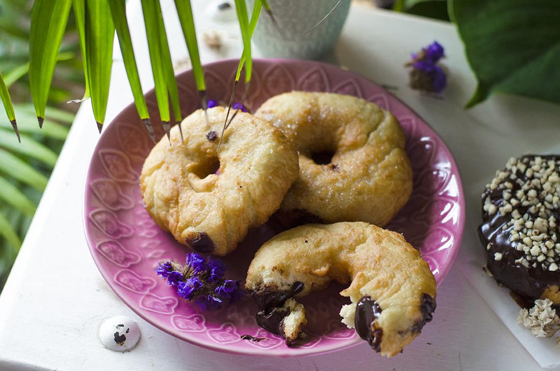 Donuts veganos y caseros rellenos de chocolate negro. Sin huevo y sin leche.