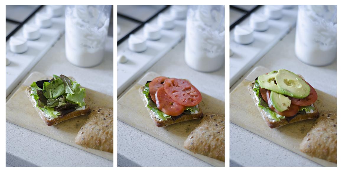 Montamos el sándwich vegano con la mayonesa sin huevo, las hojas, el tomate y el aguacate.
