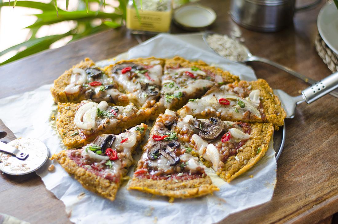 Receta Paso a paso: Pizza vegana con base de avena y boniato, con boloñesa d lentejas, champiñones y espinacas.