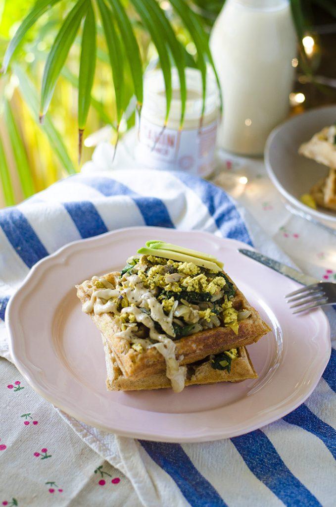 Gofres veganos de patata con espinacas, champiñones, revuelto de tofu, aguacate y tahini.