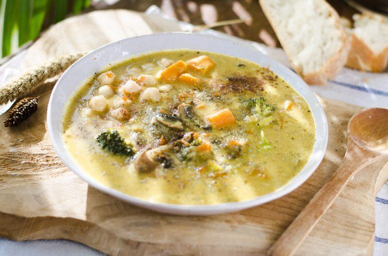 Sopa vegana a base de Leche de coco, con champiñones, brócoli y muchas verduras más.
