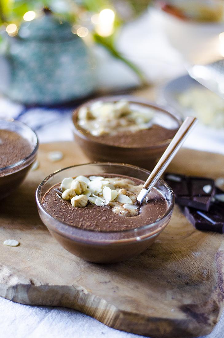 Receta vegana: Pudding vegano de chocolate y avellanas con crema de cacahuete. ¡Fácil y sin azúcar blanco!