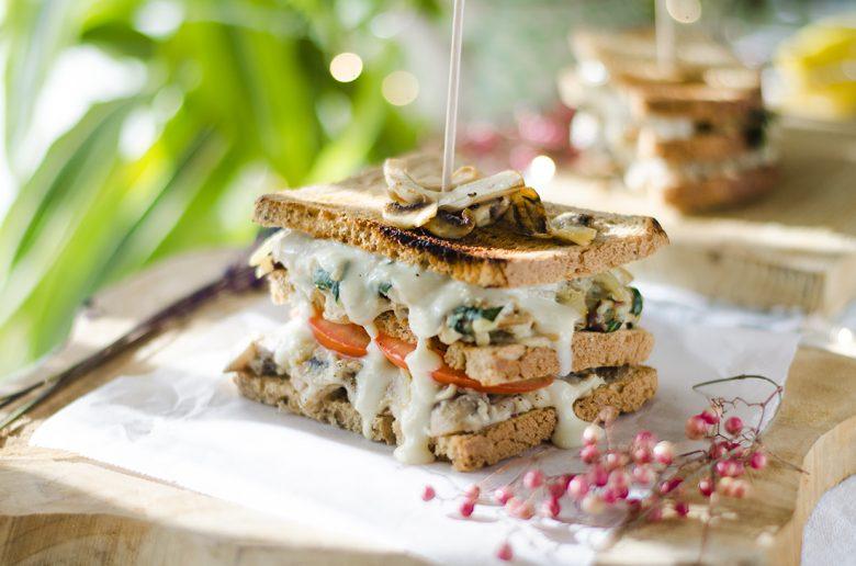 Sándwich vegano de champiñones y espinacas.