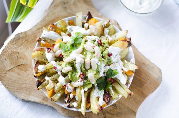 Patatas fritas al horno, con guacamole y mayonesa de ajo sin huevo.