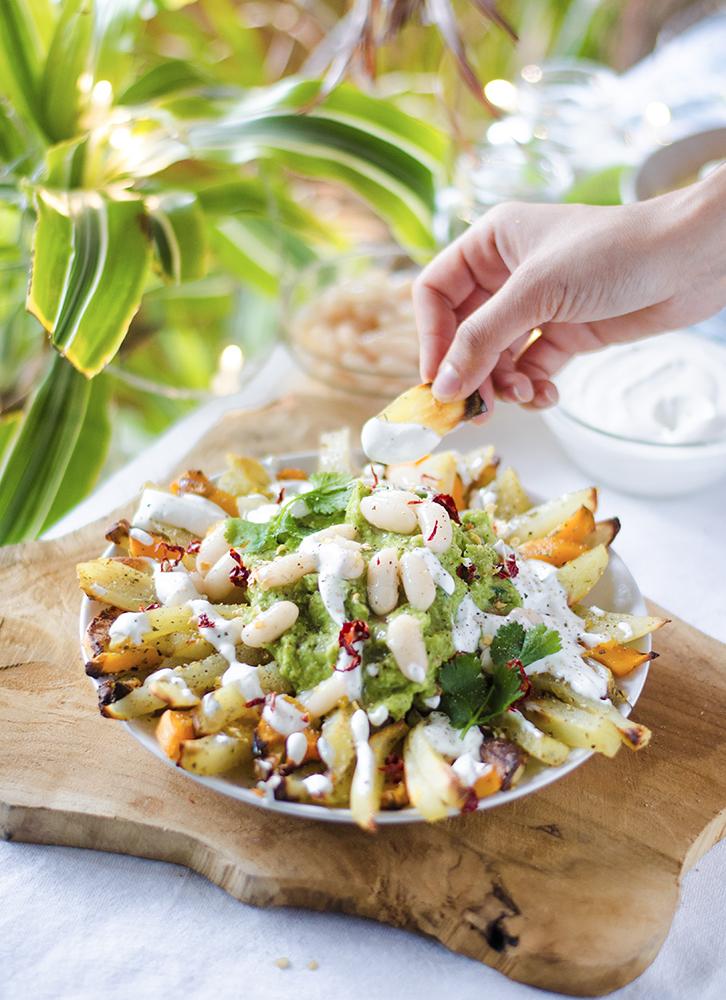 Patatas fritas al horno, con salsa guacamole y mayonesa de ajo.