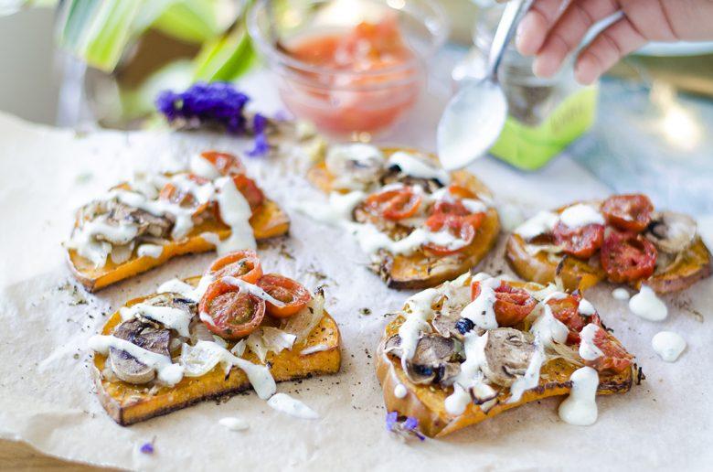 Tostadas (sin pan) de calabaza con vegetales y salsa de yogurt vegana.