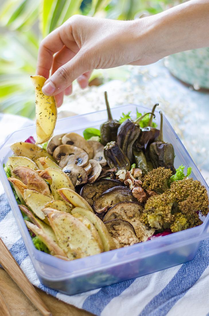 Tupper vegano 2: patatas especiadas, ensalada y vegetales asados.