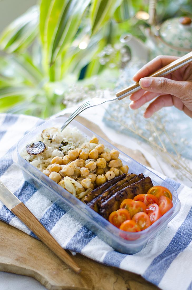 Tuppers veganos para el trabajo: arroz, garbanzos, tofu ahumado y tomate.