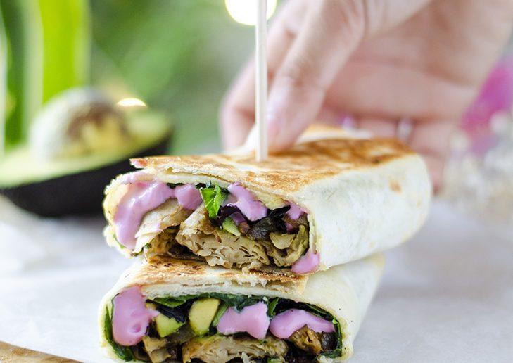 Burritos vegetarianos, veganos, fáciles y rápidos. Heura, setas, aguacate, cebolla, ajo.