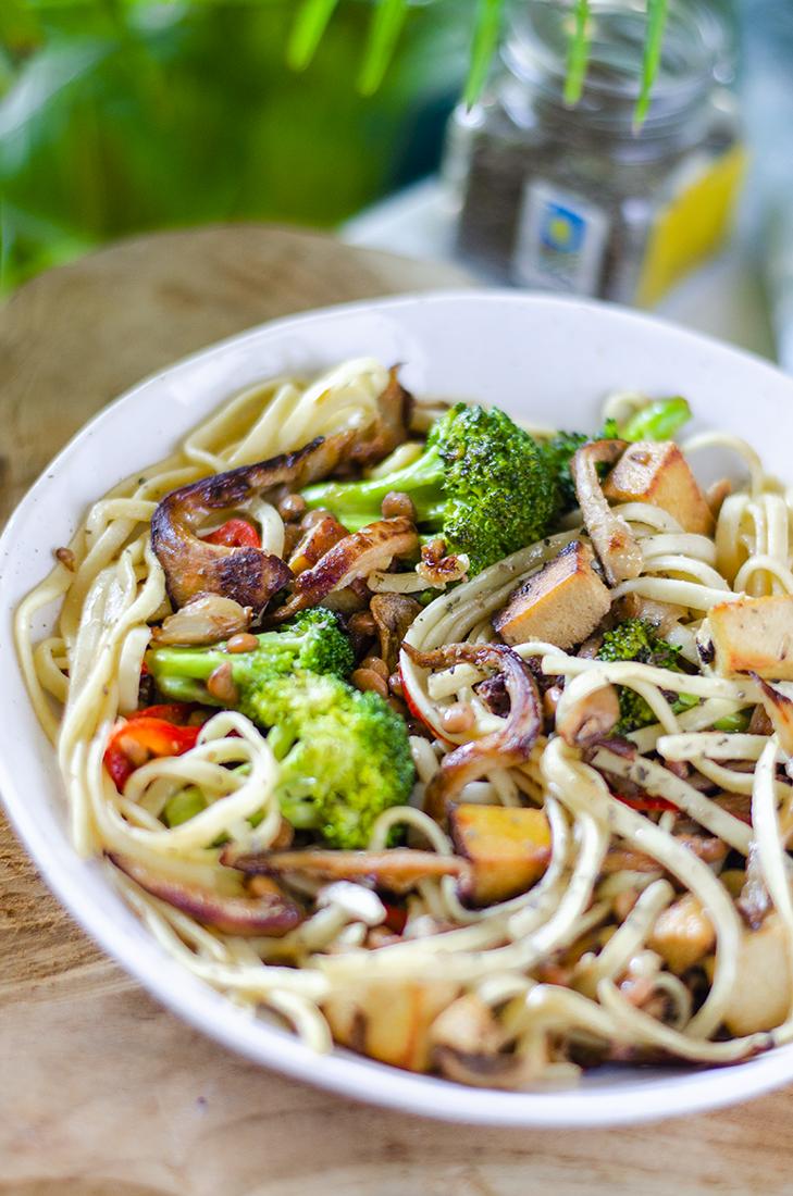 Pasta vegetariana fácil: Tallarines con verduras y tofu ahumado