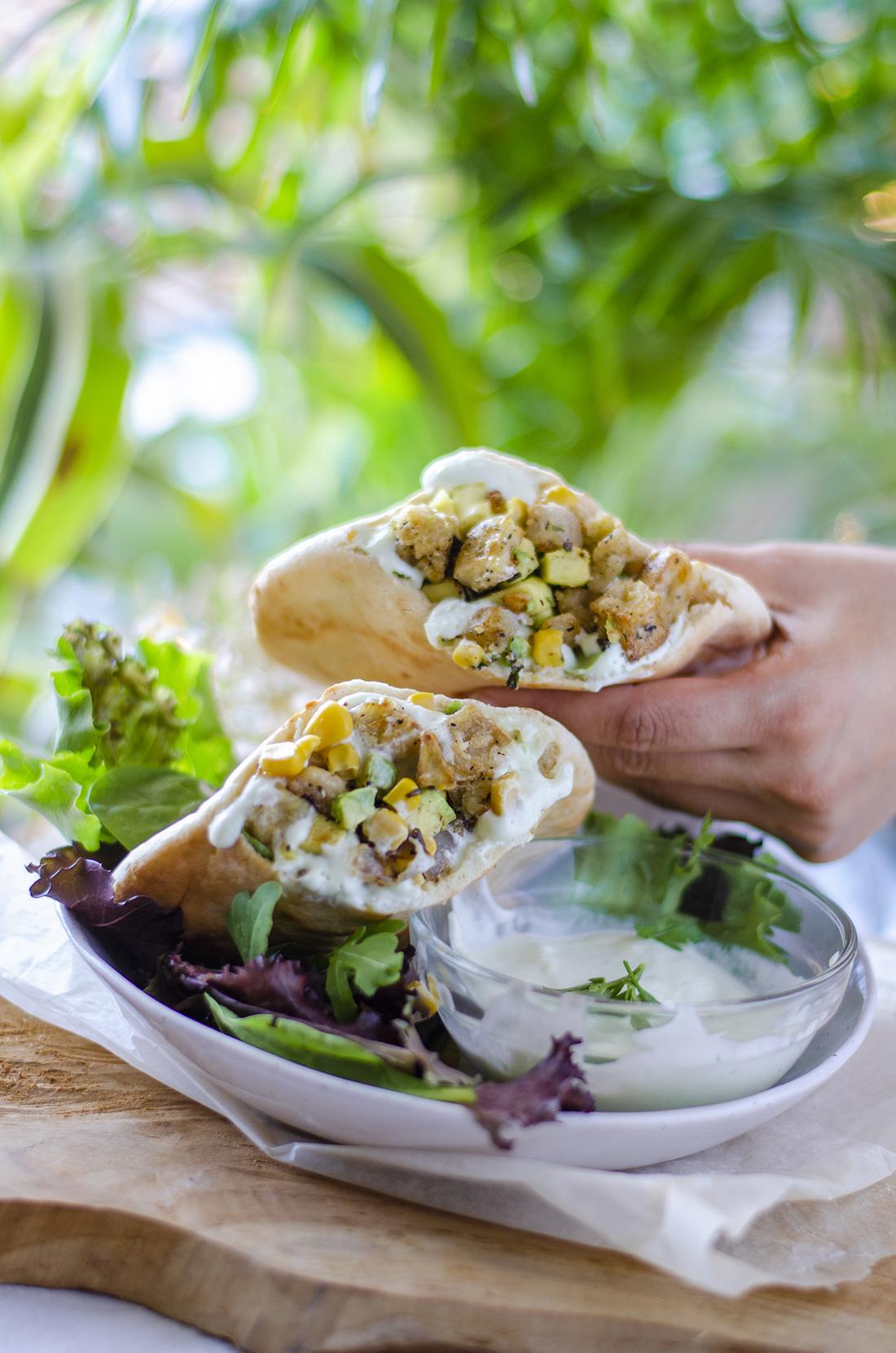 Receta vegetariana (vegana): pitas de tempura de Berenjena con mayonesa de perejil.