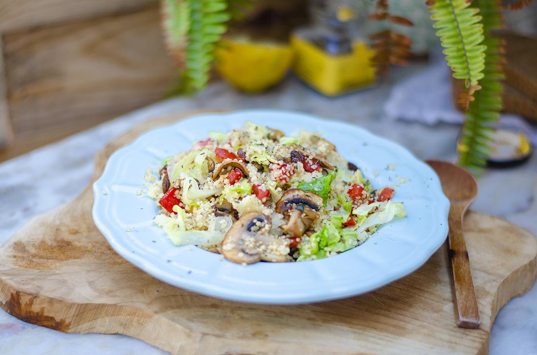 Ensalada de cuscús con hortalizas, recetas vegetarianas fáciles para el verano.