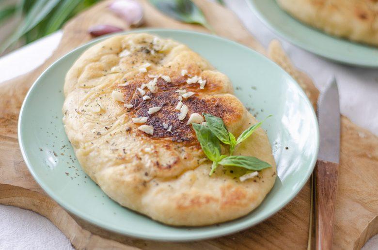 Pan sin horno: pan Naan hindú hecho a la sartén con aceite de oliva, ajo y albahaca.