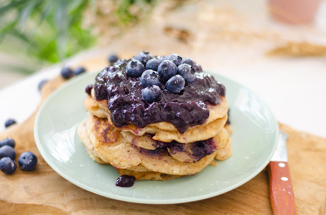 Pancakes veganos esponjosos de arándanos. Sin huevo, sin mantequilla. Fáciles, rápidos y con solo 7 ingredientes.