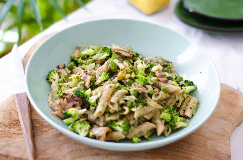 Pasta vegetariana fácil: macarrones integrales con salsa de brócoli. Una receta barata y saludable.