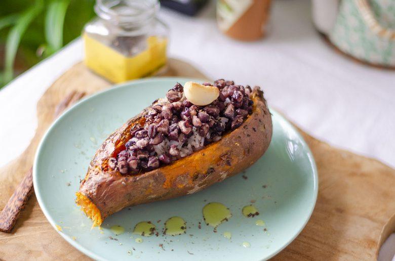 Boniato relleno de arroz y azukis: recetas veganas para invierno.