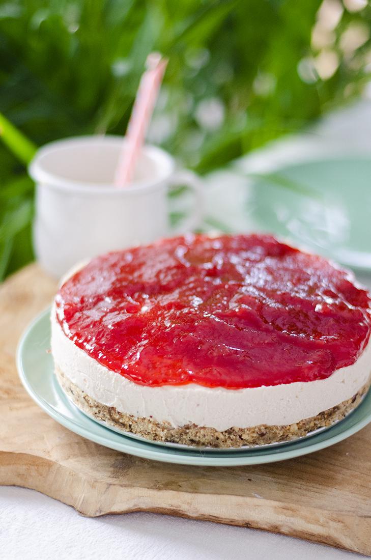 Tarta de queso vegana y sin horno sin mantequilla, leche ni queso de origen animal. Con mermelada de fresa.