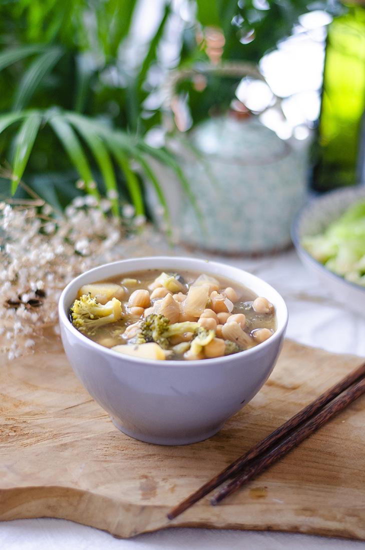 Receta fácil: sopa de garbanzos, brócoli y patata.