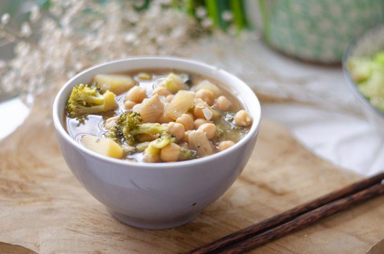 Receta vegetariana fácil: sopa de garbanzos, brócoli y patata.