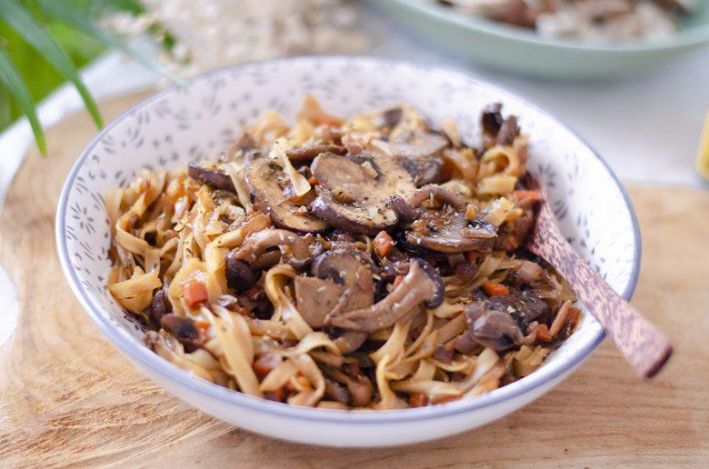 Tallarines chinos en salsa de soja y setas. (Tallarines de arroz con verduras).
