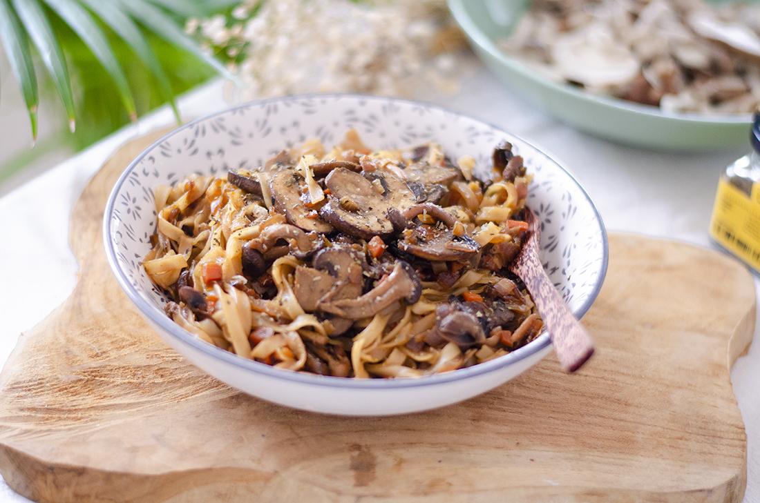 Tallarines chinos en salsa de soja con setas (tallarines de arroz)