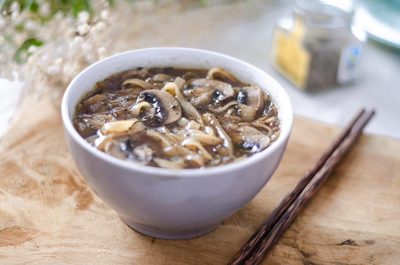 Sopa vegetariana/vegana de cebolla, champiñones y fideos de arroz. Fideos chinos. Receta vegetariana fácil. Saludable.