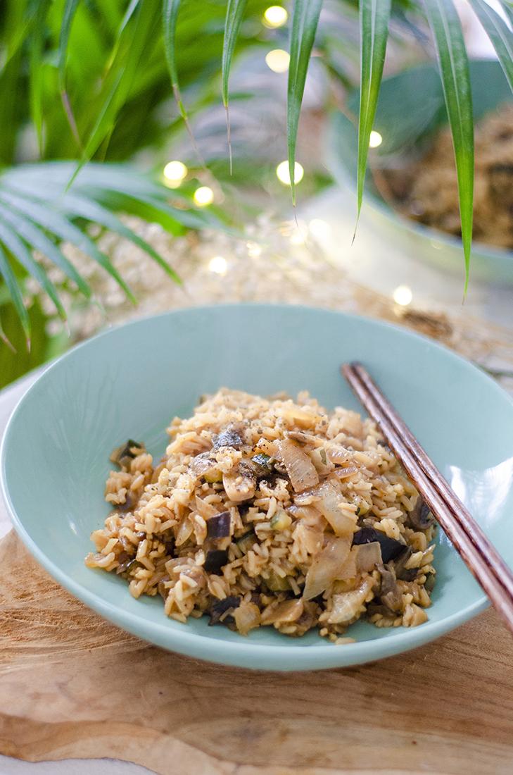 Arroz con salteado de verduras, estilo asiático, fácil y vegetariano.