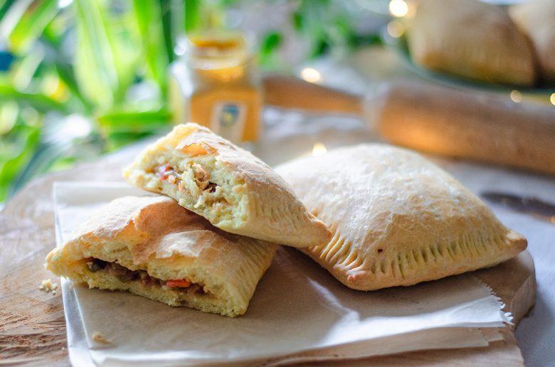 Empanadillas vegetarianas caseras, rellenas de pisto.