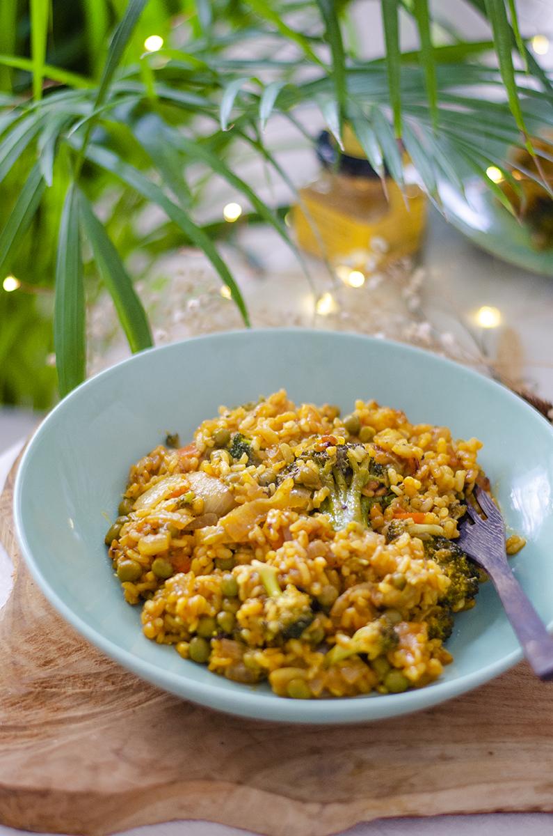 Arroz en amarillo con verduras variadas: guisante, brócoli... Totalmente vegana.