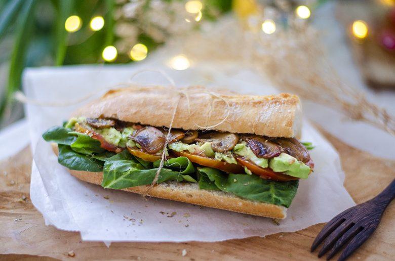 Bocadillo vegano, bocadillo vegetariano, bocadillo vegetal, sándwich sin carne, sándwich de aguacate, espinacas, champiñones