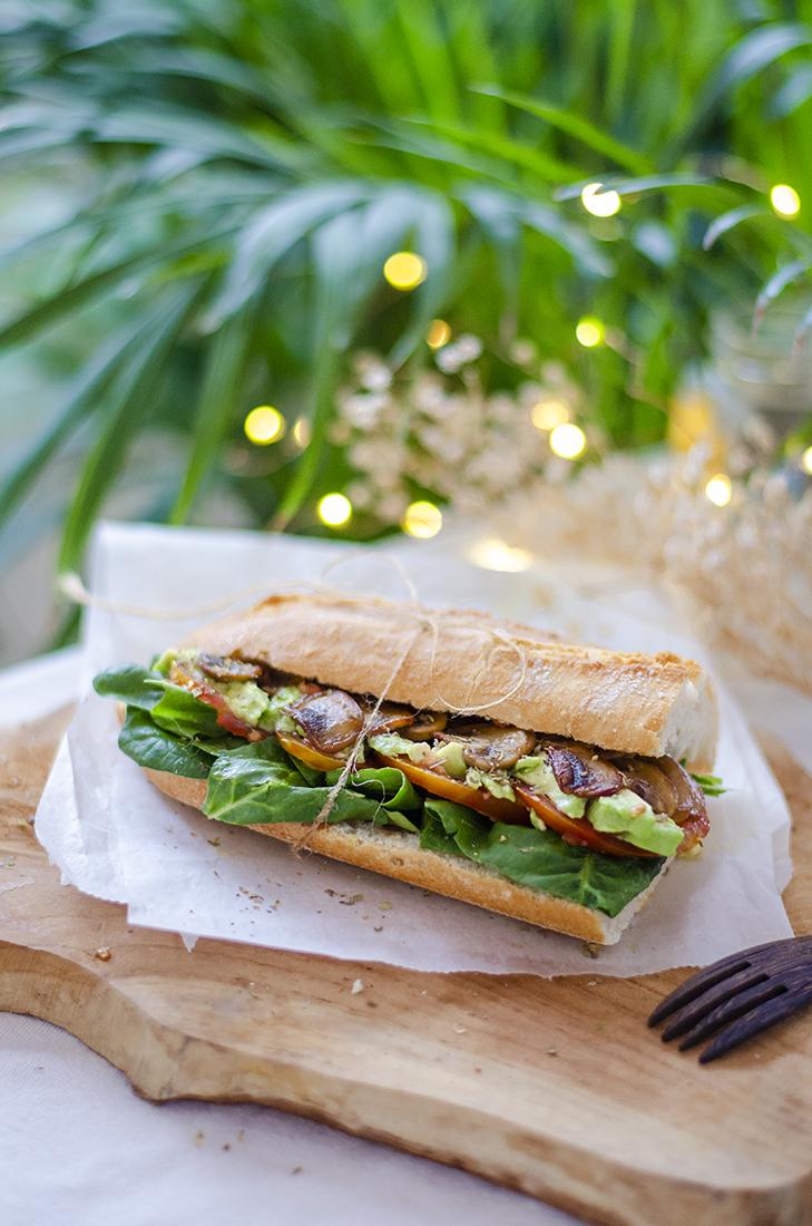 Bocadillo vegetal con aguacate, espinacas y champiñones:  una alternativa saludable y vegana