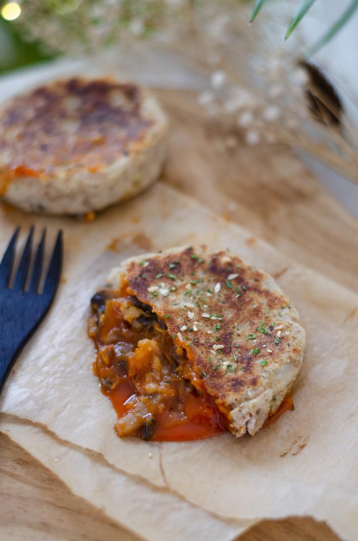 Mini pastel de patata relleno de salsa con champiñones y cebolla. Recetas vegetarianas fáciles.