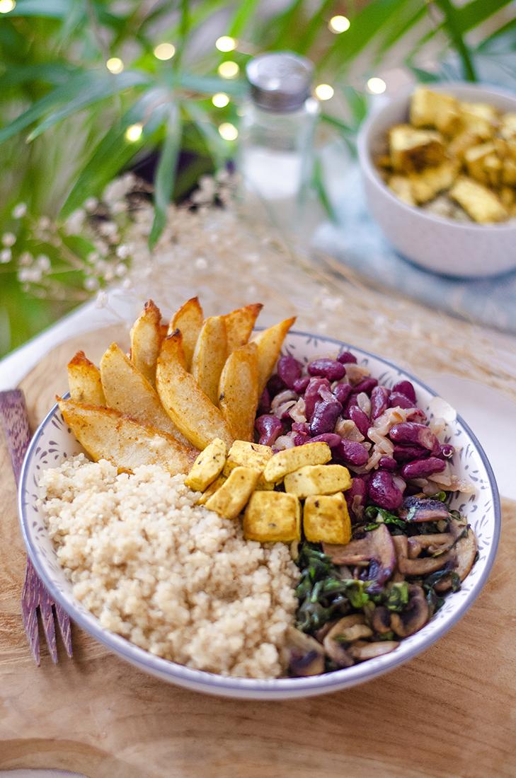 Bowl combinado con quinoa, alubias, patata, champiñones, acelgas y tofu al estilo no-huevo.
