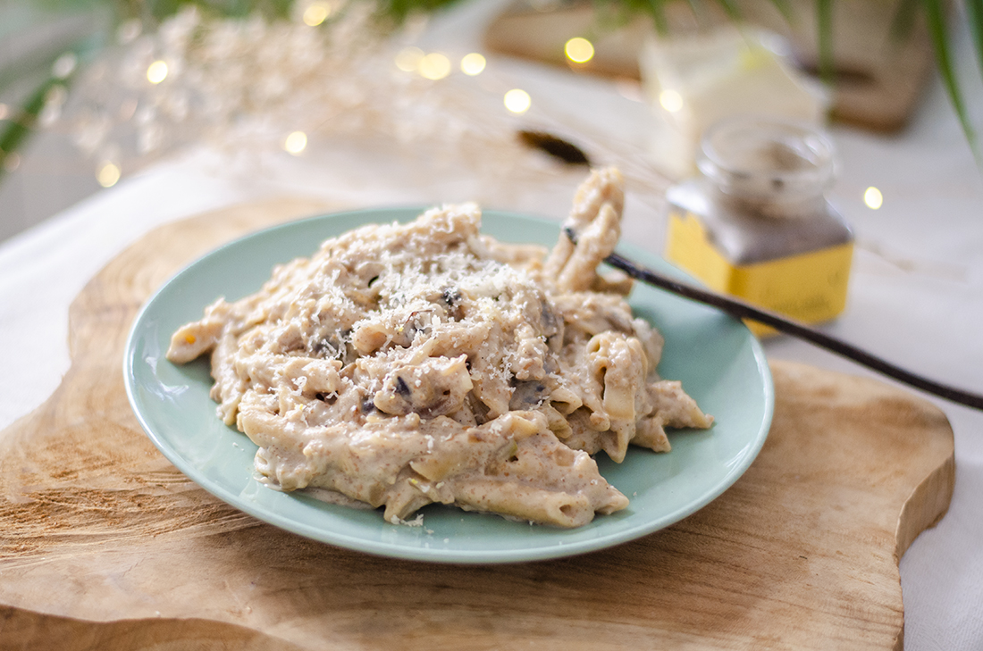 Macarrones integrales con salsa bechamel vegana. Una receta vegetariana fácil y deliciosa.
