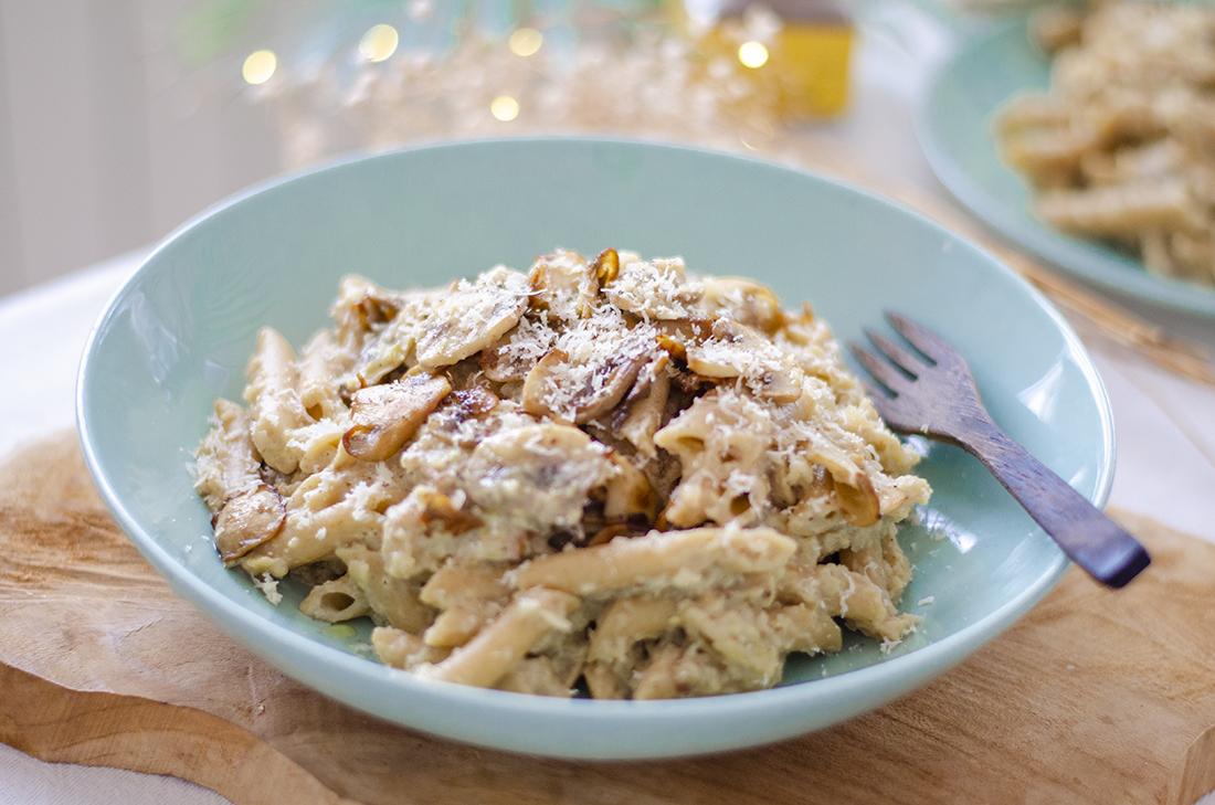 Receta vegetariana fácil: pasta con salsa de coliflor y puerros. Saludable.