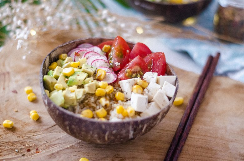 poké bowl vegano con arroz, quinoa, aguacate, tomate, tofu, recetas vegetarianas fáciles.