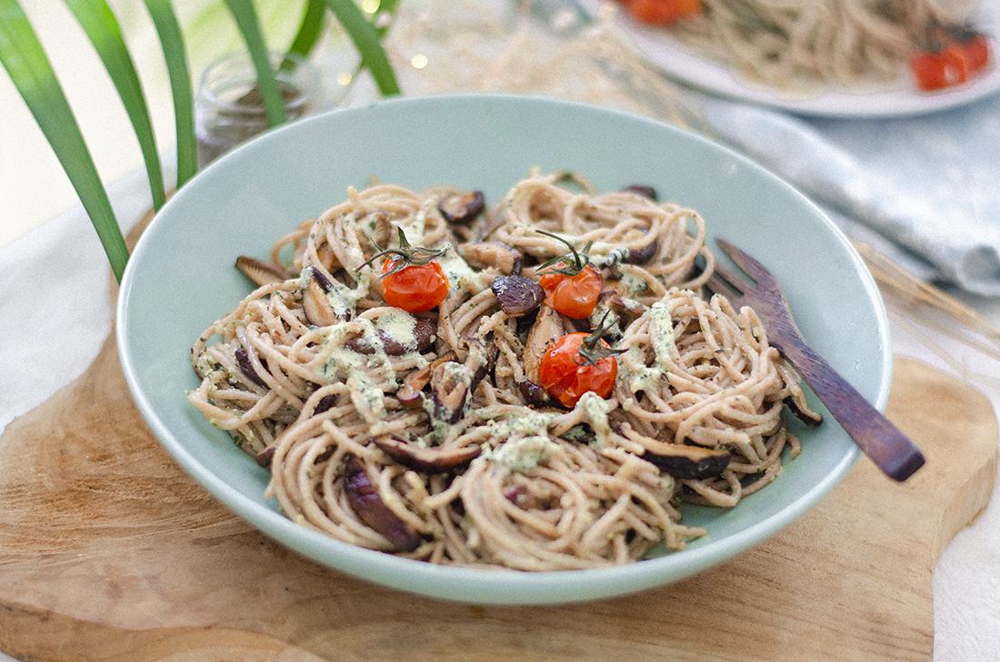 Espaguetis de espelta con salsa pesto de tofu. Receta vegetariana (vegana) fácil.