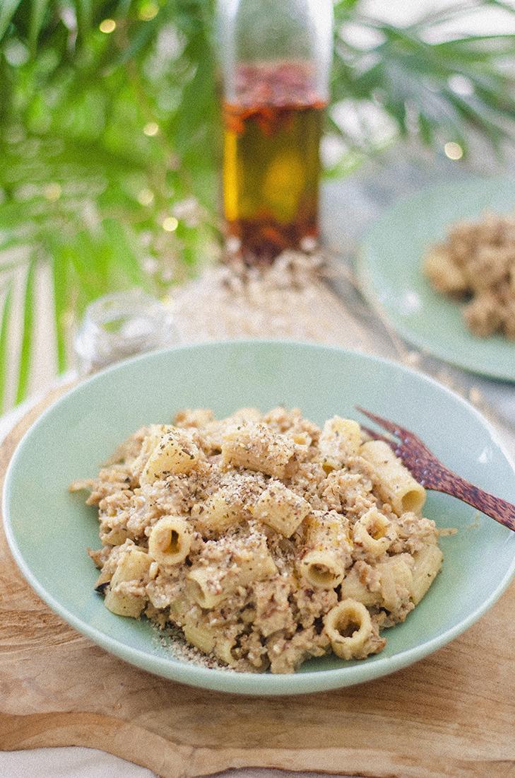 Pasta con salsa de pimienta blanca, soja texturizada tostada y avellanas trituradas. Recetas vegetarianas fáciles. Recetas Veganas.