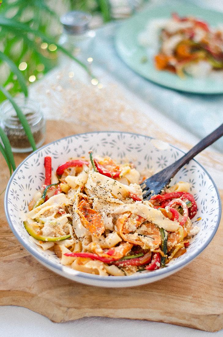 Tallarines de arroz (tallarines chinos) con verduras y salsa de anacardos. Recetas vegetarianas fáciles.