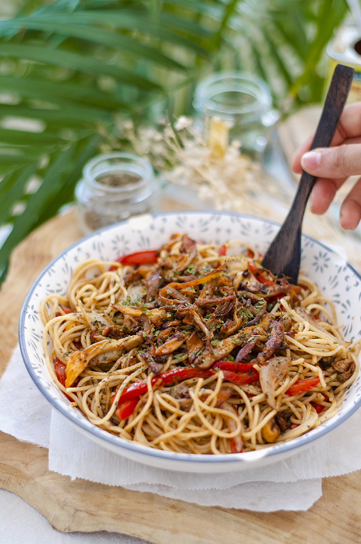 Espaguetis 'fritos' con crema de cacahuete, setas ostra al pimentón y perejil