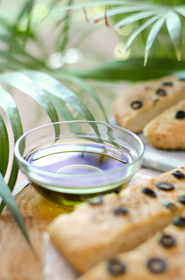 Aceite de oliva para mojar el pan casero de olivas negras
