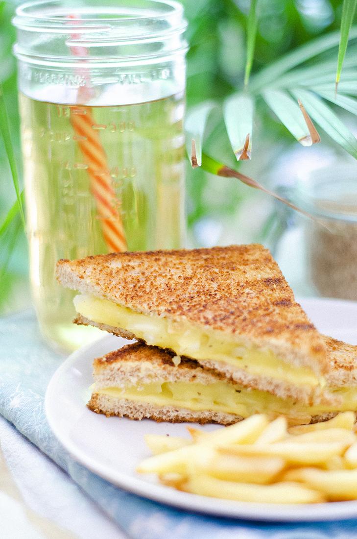 Sándwich vegano de 2 quesos con cebolla. Recetas vegetarianas fáciles.