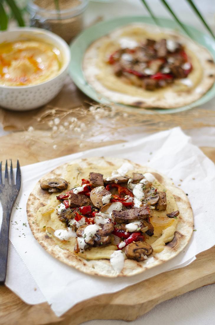 Tortilla de trigo con hummus y verduras a la plancha.
