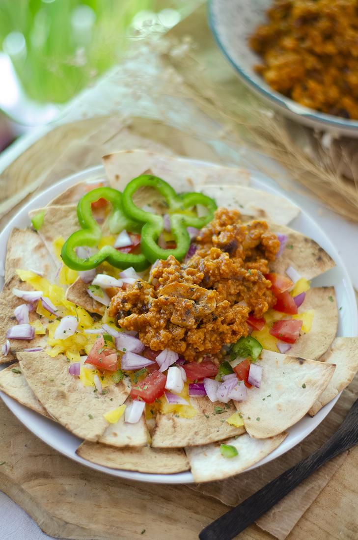 Nachos con queso vegano, soja texturizada, nachos vegetarianos caseros. Recetas vegetarianas fáciles.
