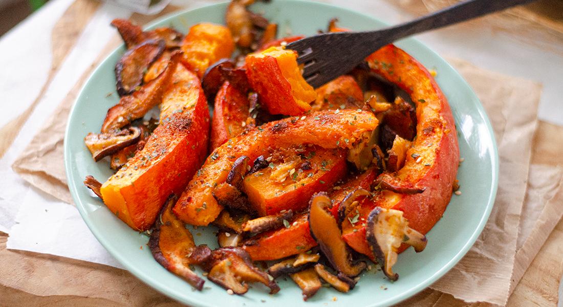 Calabaza asada con setas shiitake al pimentón y perejil. Ideas de recetas vegetarianas para Otoño / Invierno o navidad.
