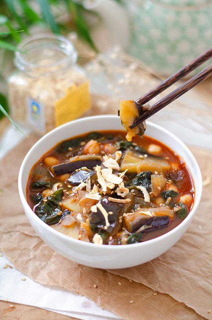 Recetas vegetarianas para Otoño / Invierno: sopa de Miso, pimentón, garbanzos, patatas y espinacas.
