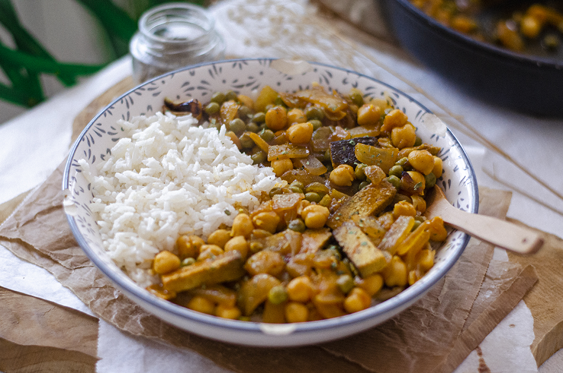 Recetas vegetarianas para invierno: arroz con verduras en salsa, sin carne.