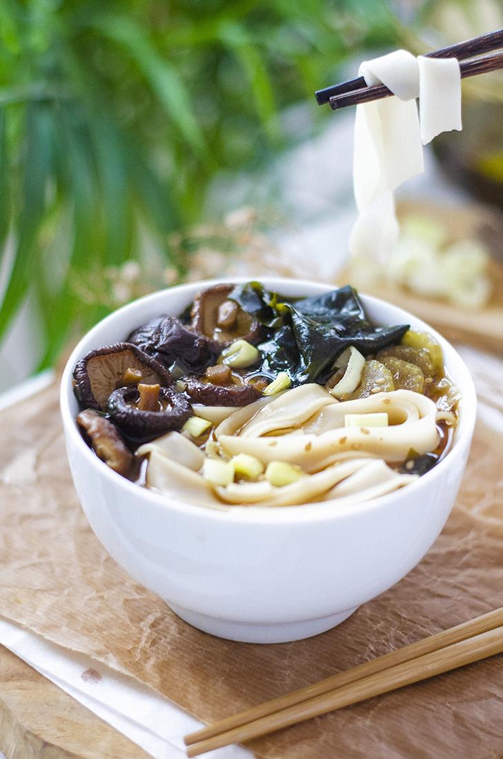Receta: Ramen casero con miso, shiitakes y alga wakame. Vegano, sin carne ni huevo.